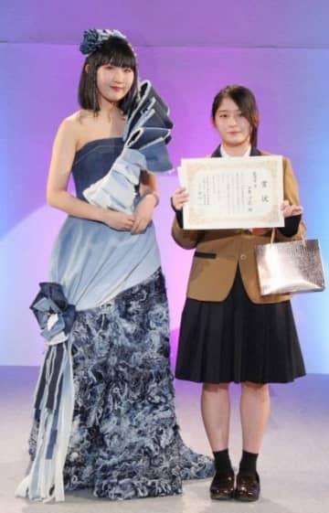 最優秀賞に輝いた土屋さん(右)とデザインしたデニムドレス