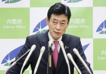 記者会見する西村経済再生相=17日午後、東京都千代田区