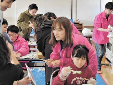 イベントのワークショップを手伝う菅生さん(中央)=15日午前、栗原市花山