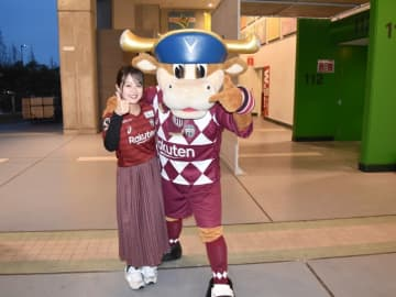 ヴィッセル神戸のキャラクター「モーヴィ」と宮川陽香。モーヴィは2020シーズン仕様のユニフォーム(Photo by T.MAEDA)