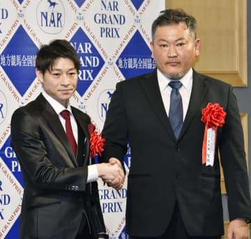 ブルドッグボスが年度代表馬に選ばれ「NARグランプリ2019」表彰式で握手する御神本訓史騎手(左)と小久保智調教師=17日、東京都内