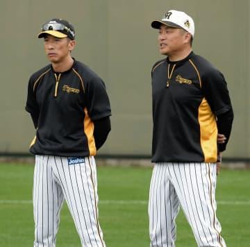 練習を見守る矢野監督(左)と山本昌臨時コーチ=7日