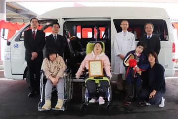 寄贈された福祉車両=諫早市、諫早療育センター