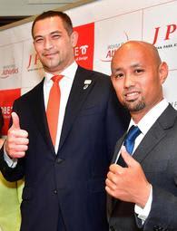 世界パラ陸上神戸大会のアンバサダーに就任した室伏広治さん(左)と山本篤さん=17日午後、神戸市役所(撮影・秋山亮太)