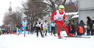 大通公園周辺の市道を滑走する選手たち=16日、札幌市中央区(中本翔撮影)
