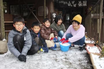 雪遊びを楽しむ子どもたち=17日午後4時45分、日田市源栄町
