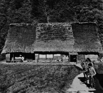 細江光洋「牛を引く少年」(大野郡白川村加須良、県美術館蔵)