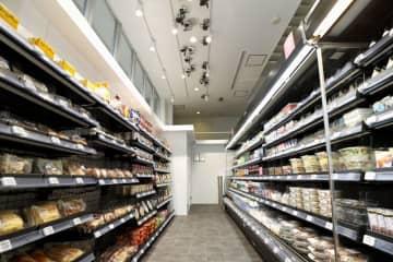レジに並ばずに決済可能なコンビニの実験店舗=18日午前、川崎市