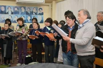 初公演を前にレッスンに励む鎌田団長(右端)はじめ弘前混声合唱団の団員たち