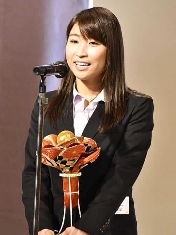女子の最優秀選手賞を受賞し、あいさつする清水美並=日本青年館