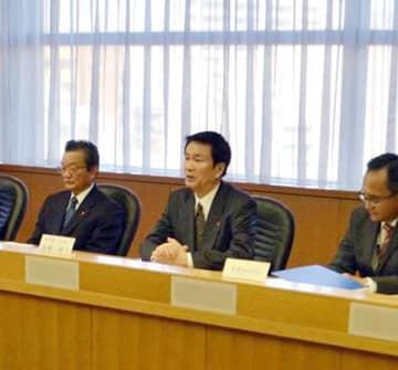 新型コロナウイルスの対策本部会議で、患者増を想定した対応強化を指示した森田知事(中央)=17日午後、千葉県庁