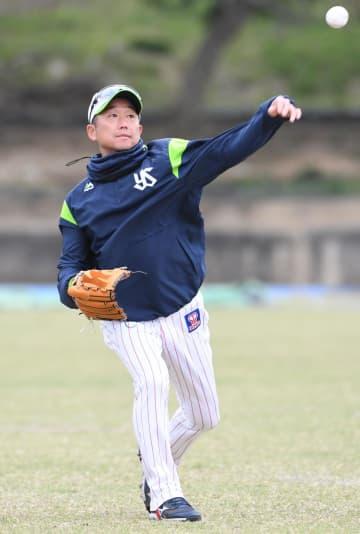 キャッチボールを行うヤクルト・石川