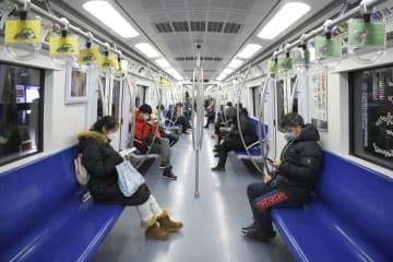 朝の通勤ラッシュ時の地下鉄車内。空席が目立つ=17日、北京(共同)