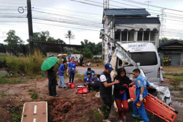 Rescuers help injured Cambodian workers after their passenger van rear-ended a parked truck in Bang Klam district of Songkhla on Tuesday morning. The crash killed a Cambodian woman. (Photo from Hatyaifocus.com)