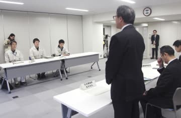 防衛省九州防衛局に抗議する大分県の牧敏弘防災局長(右手前)=18日、大分県庁