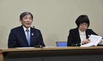 記者会見する和歌山県の仁坂吉伸知事(左)=18日午後、和歌山県庁