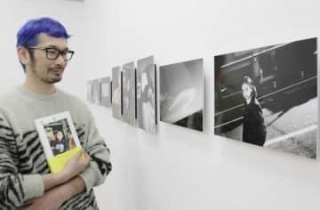 展覧会場で作品を前に、安達さんへの思いを語る桑島さん