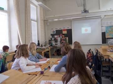 同じメイクでも雑誌によってモデルや化粧が違うのはなぜ? 身近なものから多様性を見いだすフィンランドの授業