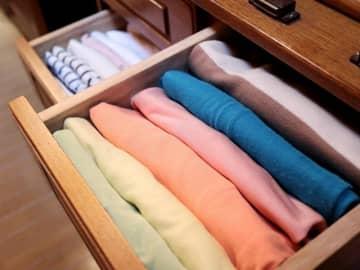 「スペースめっちゃ空く」 100均アイテムでTシャツをすっきり収納する方法 画像