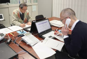 24時間対応となった京都府の相談窓口で応対する職員(京都市上京区・府庁)