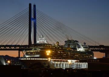 横浜港に停泊するクルーズ船「ダイヤモンド・プリンセス」。健康観察期間のため船内に待機していた乗客らの下船が19日から始まる=18日午後