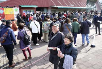マツダスタジアムで入場券を買い求め、笑顔で売り場を後にするカープファン(2019年3月1日)