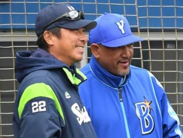 試合前、DeNA・ラミレス監督(右)と談笑する高津監督