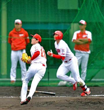 シート打撃に登板して鈴木誠(右)と対決し、打球の行方を見る森下(撮影・立川洋一郎)