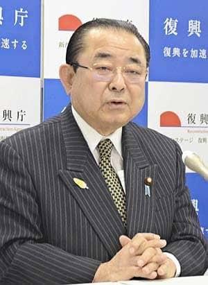 インタビューに答える田中復興相