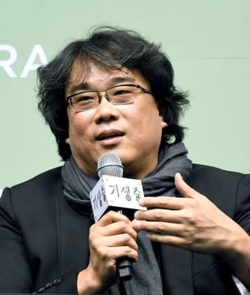 ソウル市内で記者会見する韓国映画「パラサイト 半地下の家族」のポン・ジュノ監督=19日(共同)