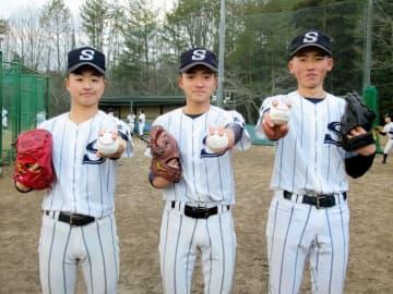 チームを支える投手3人衆(左から)秋山、秋田、花田