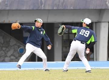 並んでキャッチボールを行うヤクルト・石川(左)と小川=浦添(撮影・開出牧)