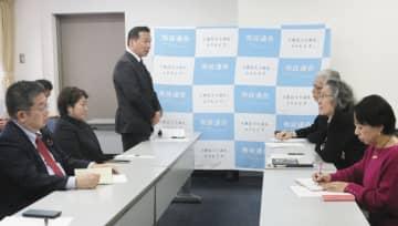 「市民連合」との会合であいさつする立憲民主党の福山幹事長(左列奥)=19日午後、東京都千代田区