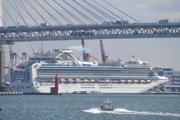 横浜港に停泊するクルーズ船「ダイヤモンド・プリンセス」=19日午前9時40分ごろ、横浜港