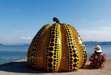 A tourist poses with the pumpkin, one of the art pieces on Naoshima Island in Kagawa prefecture. Thais travelling to Japan dropped by 20% due to the coronavirus outbreak. (Photo by Karnjana Karnjanatawe)