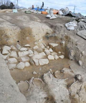 小山古墳で出土した葺石と円筒埴輪列