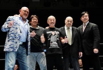 ポーズをとる(左から)武藤敬司、長州力、タイガー服部レフェリー、ザ・グレートカブキ、馳浩