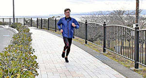 コースとなっている三崎公園を走る脇本さん=19日午後、いわき市