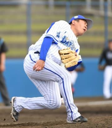 9回、福田光の打球を左前腕に受け顔をゆがめる山崎(撮影・開出牧)