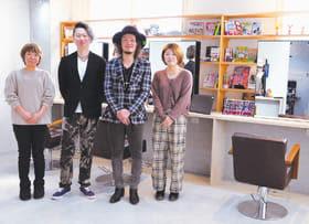 15日にオープンしたヘアサロン「リコリトル室蘭店」の三浦陽介店長(左から2人目)と畠山真平さんらスタッフ