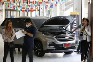 Potential buyers flocked to Chevrolet showrooms on Wednesday after huge discounts on three models were announced.(Photo by Pornprom Satrabhaya)