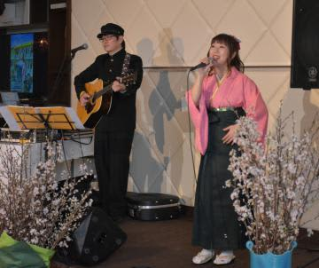リリースパーティーで新曲「桜川」を歌う、歌手の泉水いづみさんと浅野勝盛さん=桜川市上野原地新田