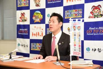 【令和2年度当初予算案について説明する鈴木市長=伊勢市役所で】