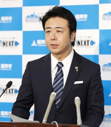 福岡市内での新型コロナウイルス感染の確認を受け、記者会見する高島宗一郎市長=20日午前11時1分、福岡市役所