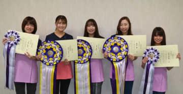 全国トリミングコンテストに出場し、入賞した(左から)川崎さん、山口さん、丸本さん、舘野さん、椋本さんの5人