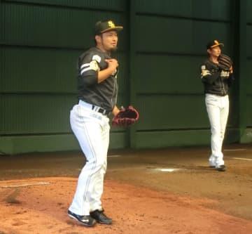 投球練習を行ったソフトバンク・森(左)。マウンドの土色が隣と異なる