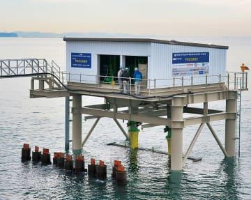 平塚新港で設置工事が進む波力発電装置