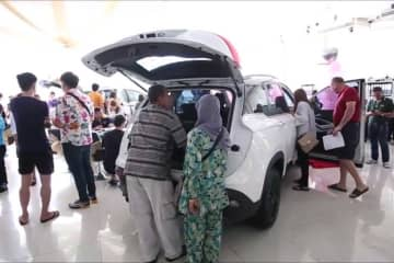 Potential buyers flock to a Chevrolet showroom in Pattaya, Chon Buri, on Wednesday to snap up models offered at large discounts – after General Motors said it was withdrawing  from Thailand by the end of the year. (Photo by Chaiyot Pupattanapong)