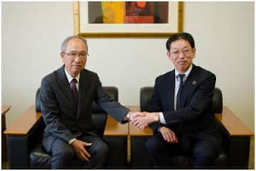 業務提携したアイティフォーの佐藤恒徳社長(右)とニーズウェルの船津浩三社長