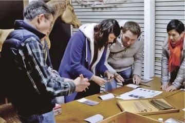 外国人が箸作りを体験する(和歌山県田辺市龍神村福井で)